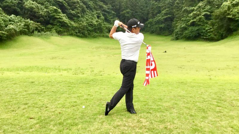 GEN-TENゴルフコースレッスンタオルを拾い上げてフィニッシュの写真