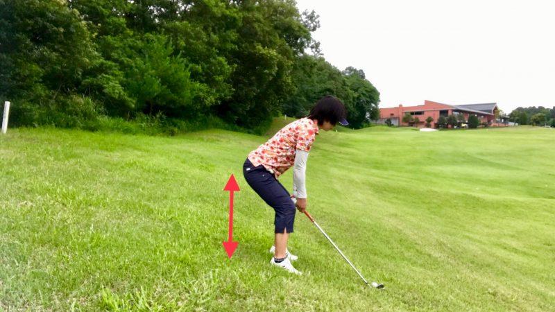 GEN-TENゴルフコースレッスンつま先下がり腰を落としてアドレスの写真
