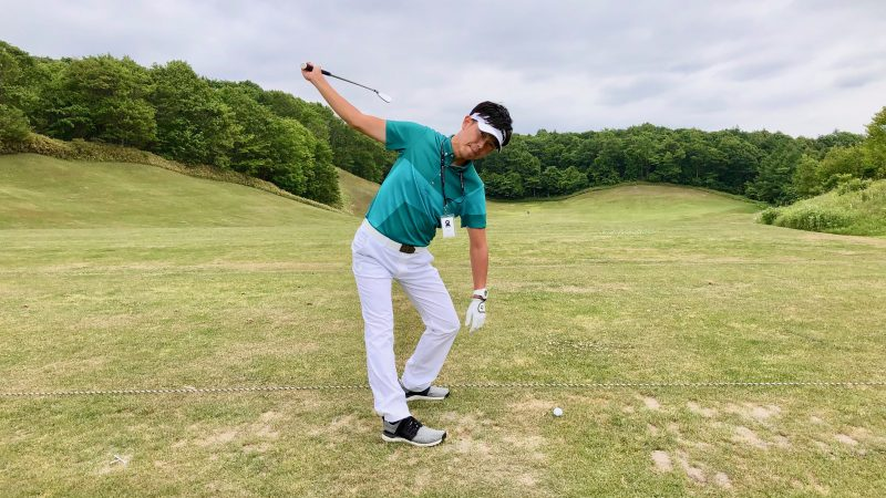 GEN-TENゴルフコースレッスン左膝を出したトップの写真