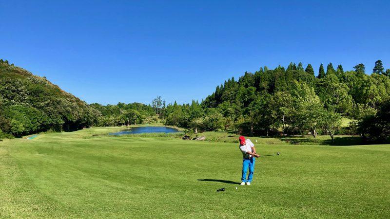 GEN-TENゴルフコースレッスンディスカバリーキャンプ真名CC2日目GPコースラウンドセカンドショット素振りの写真