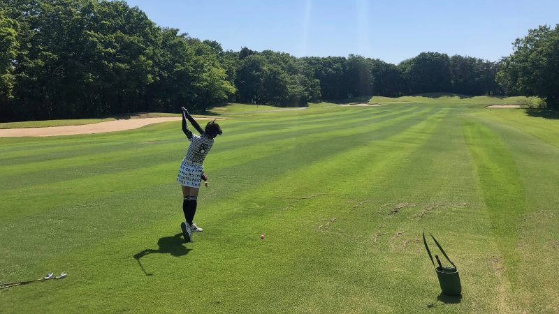 GEN-TENゴルフコースレッスンアカデミアフェアウェイからのショットフォローの写真