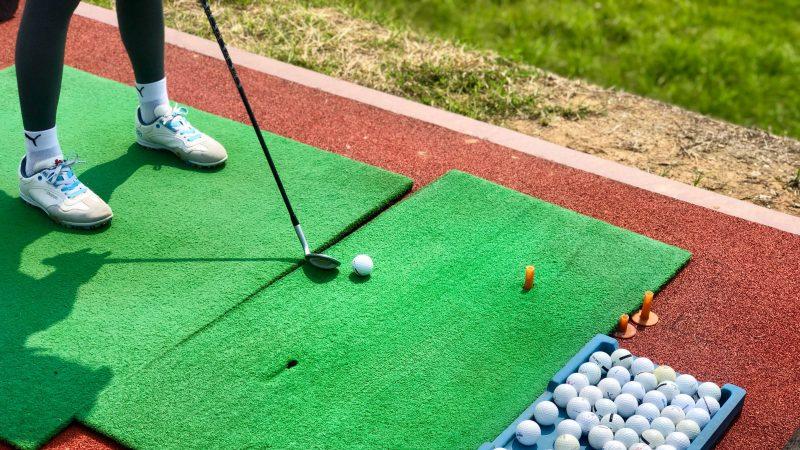 GEN-TENゴルフコースレッスンワンウェイGCドライビングレンジ足元アップの写真