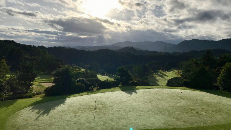 GEN-TENゴルフコースレッスン紀伊高原GCマスター室前からのコースの写真