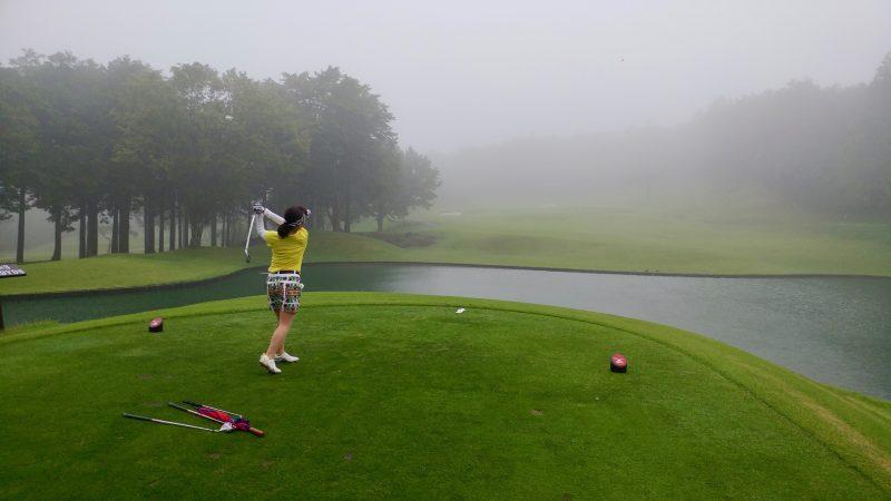 GEN-TENゴルフコースレッスン朝霧CCPar3ティショットの写真