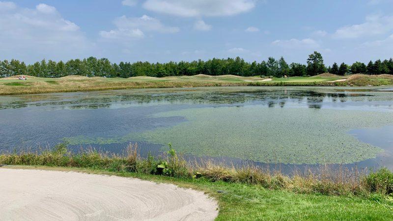 GEN-TENゴルフコースレッスンマオイGR池とバンカーの写真