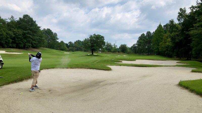 GEN-TENゴルフコースレッスンレイクグリーンGC定点練習フェアウェイバンカーからのショットの写真