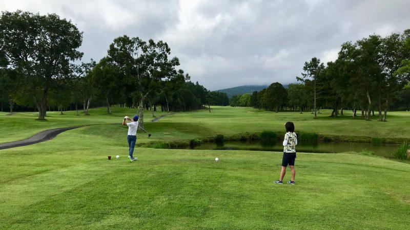 GEN-TENゴルフコースレッスン強化合宿サニーCC2日目ラウンドティショットの写真