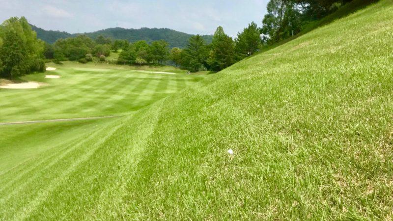 GEN-TENゴルフコースレッスンつま先上がりの傾斜の写真