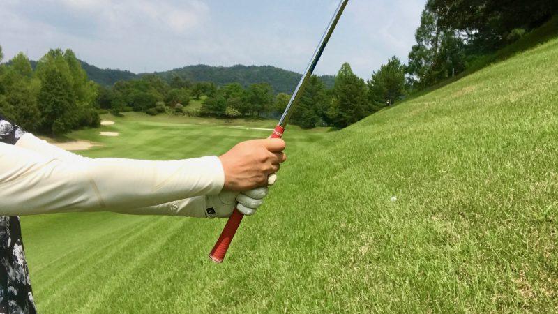 GEN-TENゴルフコースレッスンつま先上がりのクラブの持ち方の写真