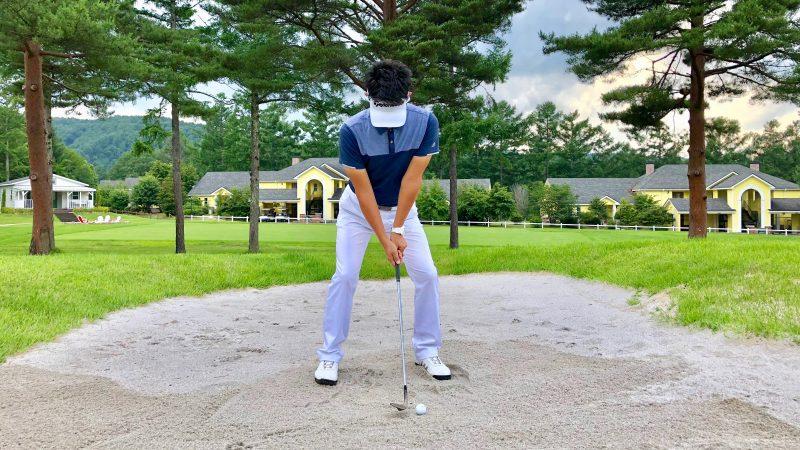 GEN-TENゴルフコースレッスンピンまでが近いバンカーショットセットアップボールポジションの写真