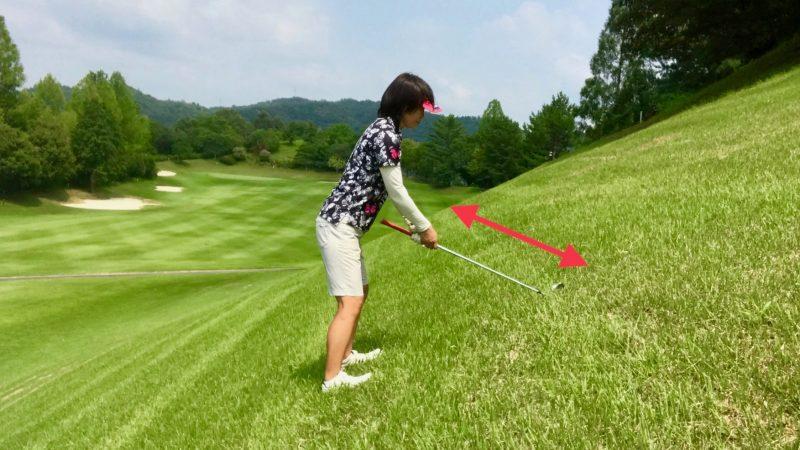 GEN-TENゴルフコースレッスンつま先上がりでクラブを短く持ったアドレスの写真