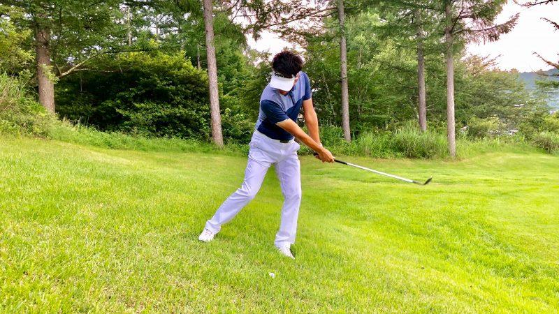 GEN-TENゴルフコースレッスン左足下がり左足重心フォローの写真