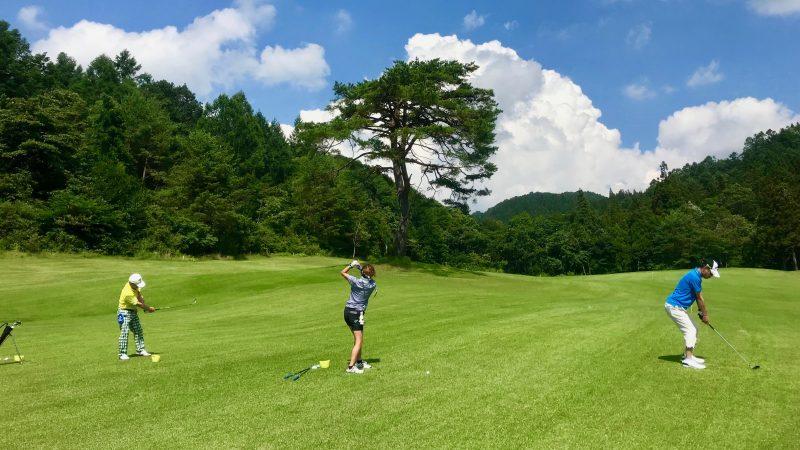 GEN-TENゴルフコースレッスン鷲ヶ岳高原GC定点練習FWからのショットの写真