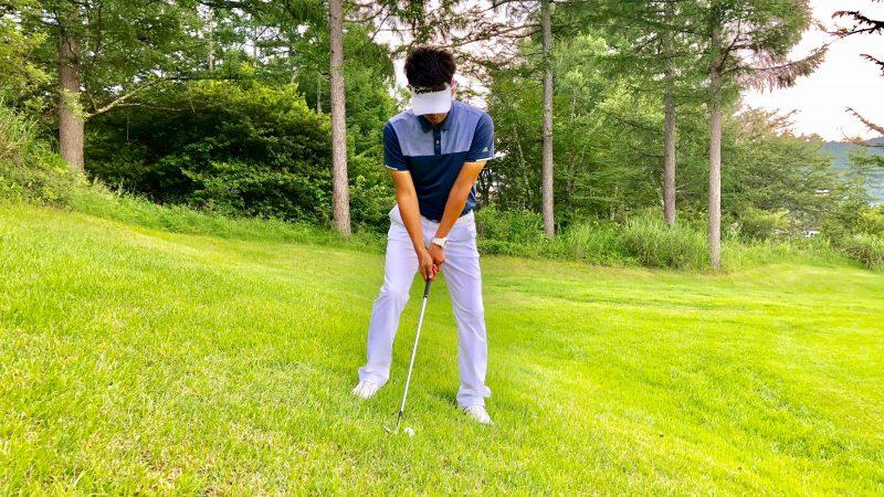 GEN-TENゴルフコースレッスン左足下がり右足重心のアドレスの写真