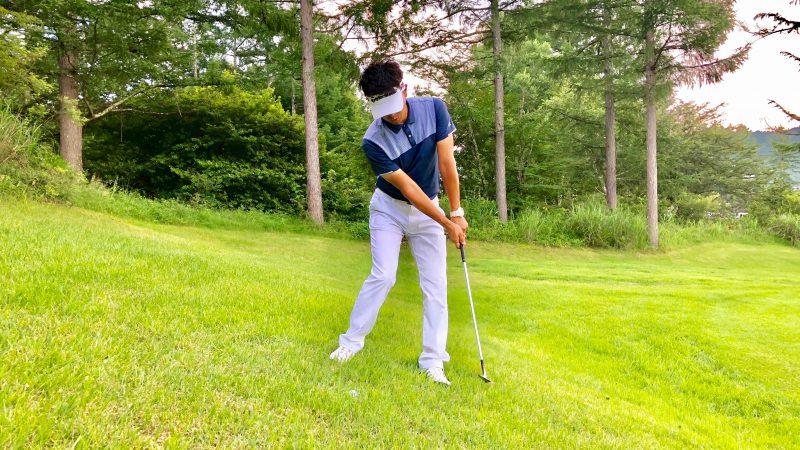 GEN-TENゴルフコースレッスン左足下がり右足重心フォローの写真