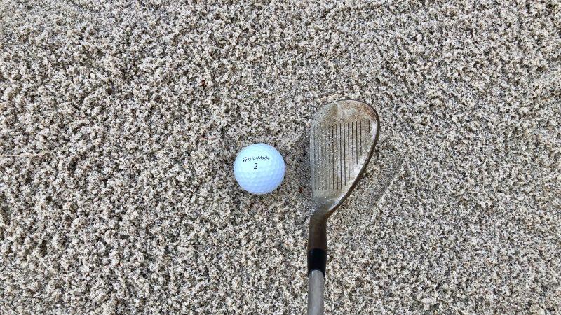 GEN-TENゴルフコースレッスンピンまでが遠いバンカーショットセットアップフェースの向きの写真