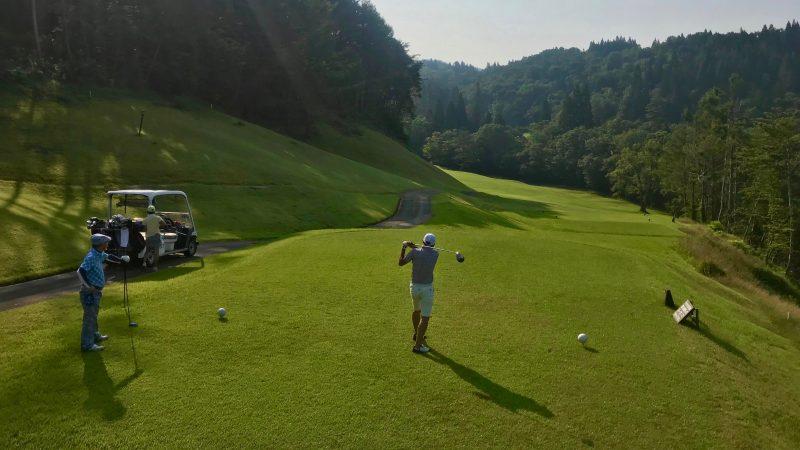 GEN-TENゴルフコースレッスン鷲ヶ岳高原GC左ドッグレッグティショットの写真