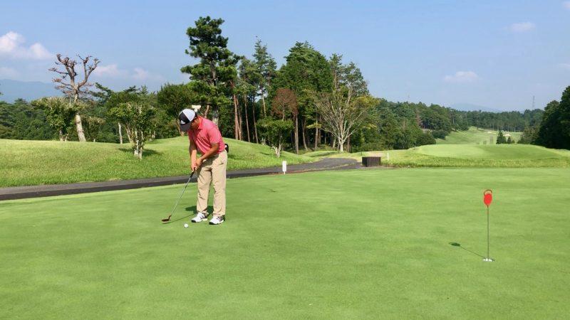 GEN-TENゴルフコースレッスンパッティングテークバックの写真②