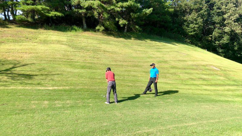 GEN-TENゴルフコースレッスンハーフラウンド千刈CCつま先上がりのショットの写真