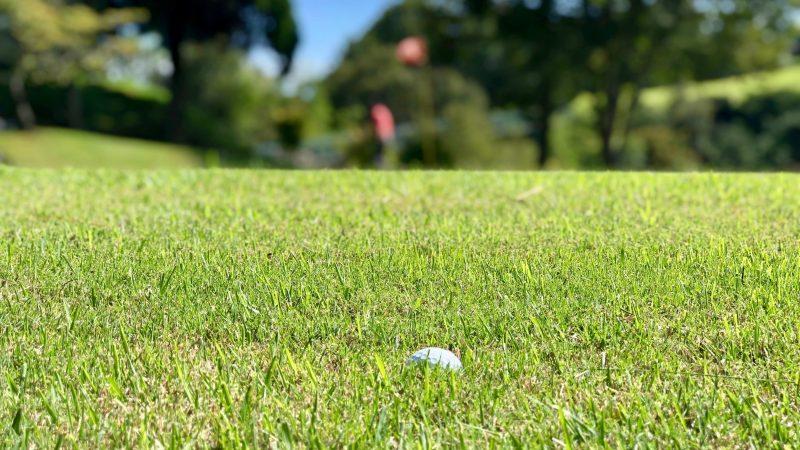 GEN-TENゴルフコースレッスンハーフラウンド千刈CCラフに沈んだボールの写真