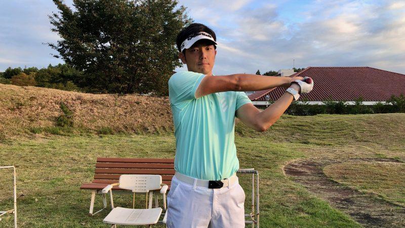 GEN-TENゴルフコースレッスン腕のローテーションフォロー間違った例正面間からの写真