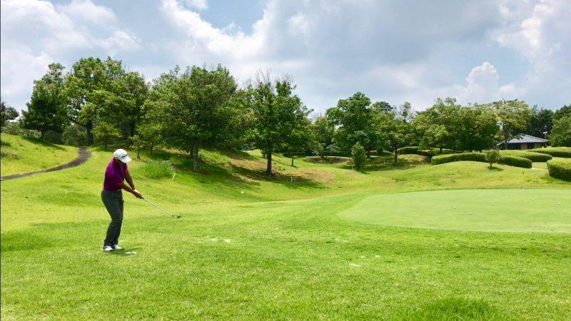 GEN-TENゴルフコースレッスンアプローチ距離感インパクト直後の写真