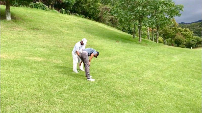 GEN-TENゴルフコースレッスンハーフラウンド六甲CCつま先下がりのショットの写真