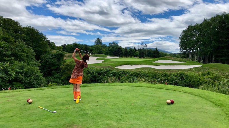 GEN-TENゴルフコースレッスン強化合宿マオイGR谷越えPar3ティショットの写真