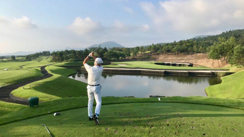 GEN-TENゴルフコースレッスン富士クラシックPar3池越えティショットの写真