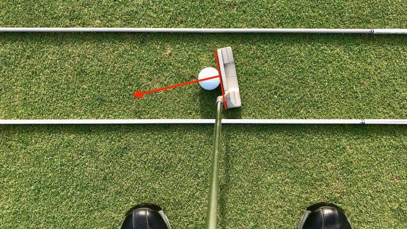 GEN-TENゴルフコースレッスンパッティングの方向性フェースの向きクローズの写真
