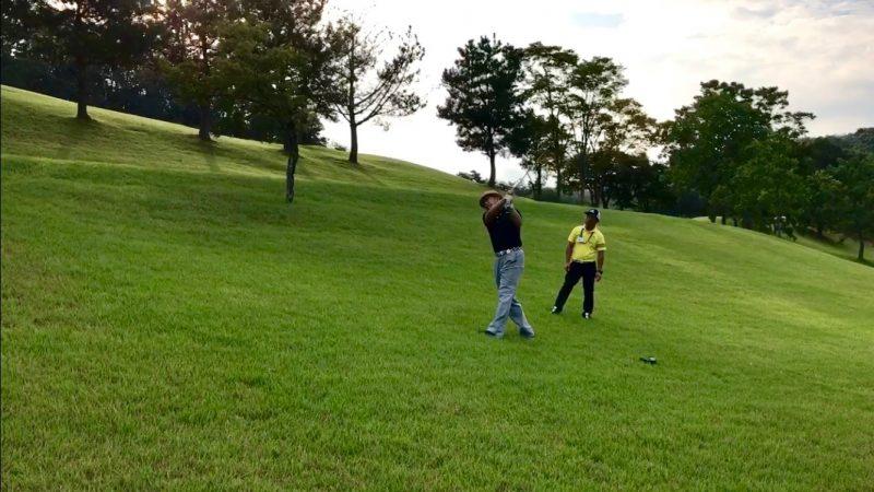 GEN-TENゴルフコースレッスンつま先上がりショットの写真