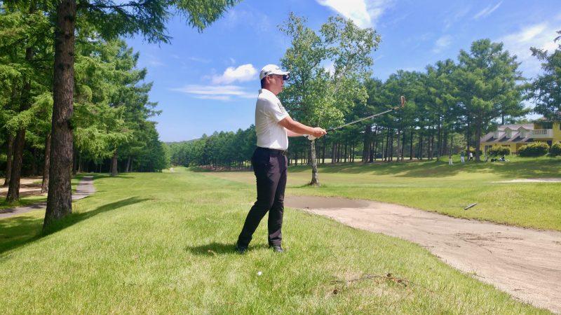 GEN-TENゴルフコースレッスン上げるアプローチフィニッシュの写真