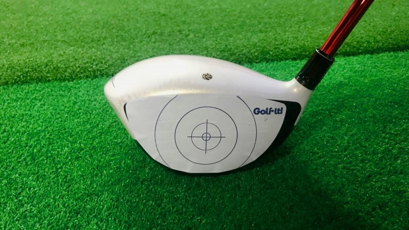 GEN-TENゴルフコースレッスン打点シールを貼ったドライバーの写真