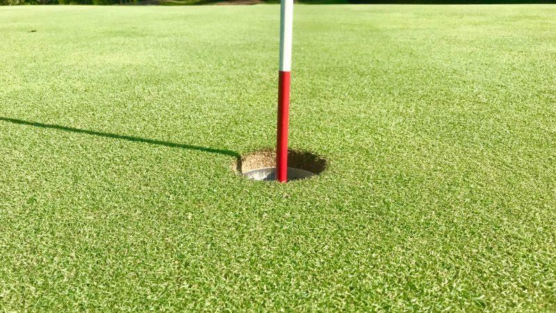 GEN-TENゴルフコースレッスンカップとピンの写真
