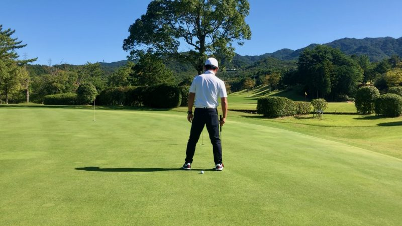 GEN-TENゴルフコースレッスンパッティング傾斜の読み足裏ボール付近の写真