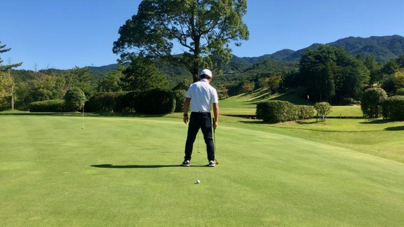 GEN-TENゴルフコースレッスンパッティング傾斜の読み足裏真ん中付近の写真