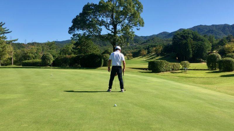 GEN-TENゴルフコースレッスンパッティング傾斜の読み足裏カップ付近の写真