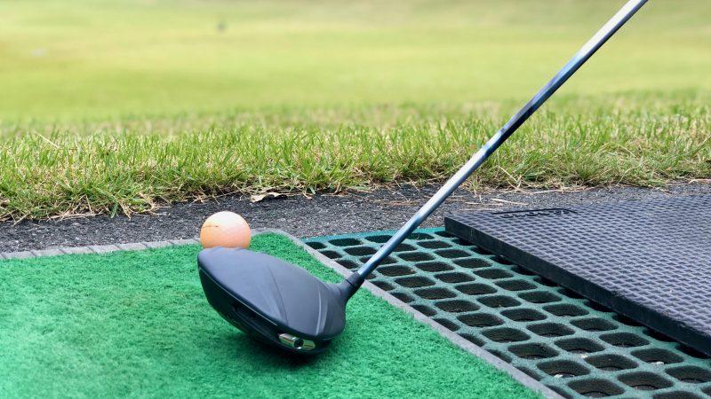 GEN-TENゴルフコースレッスンドライバーレッスンドライバーとボールの写真