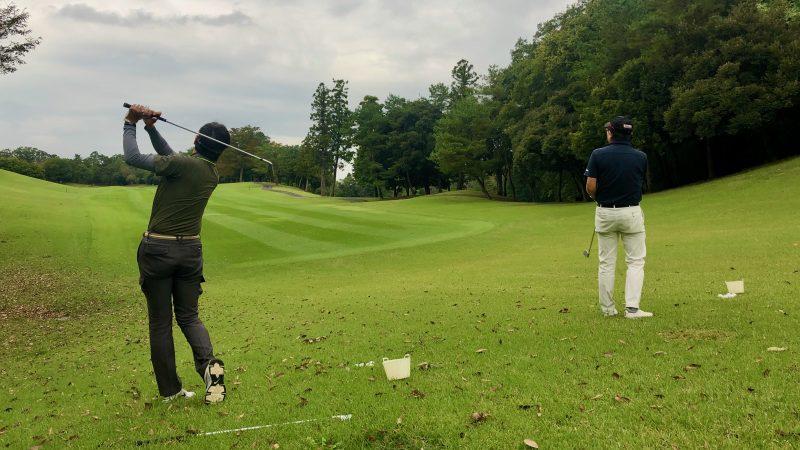 GEN-TENゴルフコースレッスンドライバーレッスン左足下がりのショットの写真