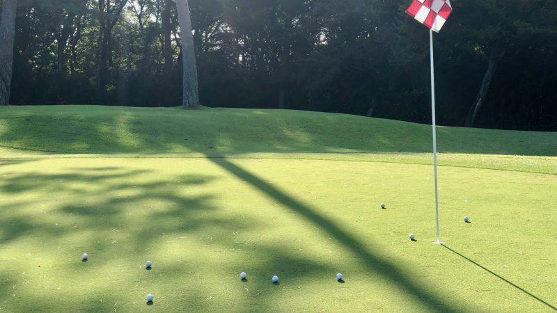 GEN-TENゴルフコースレッスンヒントレッスン定点練習アプローチカップとボールの写真