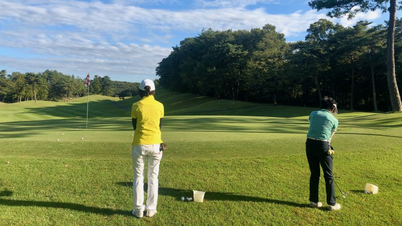 GEN-TENゴルフコースレッスンヒントレッスン定点練習アプローチ飛球線後方からの写真