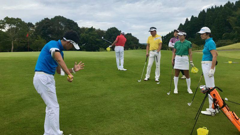GEN-TENゴルフコースレッスンチャーター大多喜城GC定点練習アプローチ説明の写真
