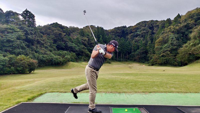 GEN-TENゴルフコースレッスン傾斜トレーニング左片足スイングテークバックの写真
