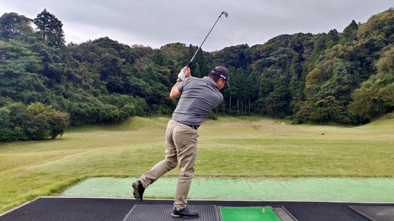 GEN-TENゴルフコースレッスン傾斜トレーニング左片足スイングフォローの写真