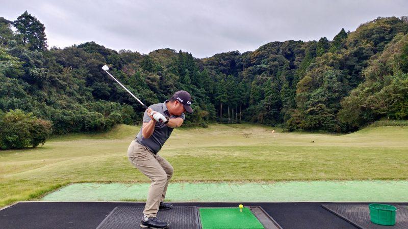 GEN-TENゴルフコースレッスン傾斜トレーニング腰を落としてスイングテークバックの写真