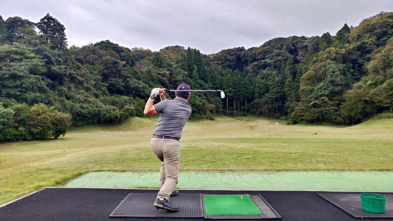 GEN-TENゴルフコースレッスン傾斜トレーニング腰を落としてスイングフィニッシュの写真