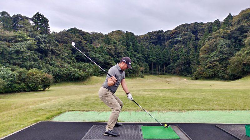 GEN-TENゴルフコースレッスン傾斜トレーニング腰を落としてスイングフラットの写真