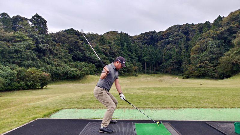GEN-TENゴルフコースレッスン傾斜トレーニング腰を落としてスイングアップライトの写真