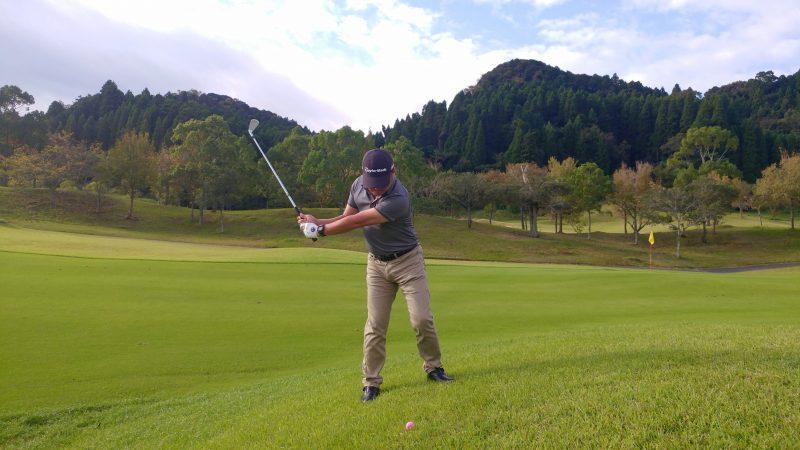 GEN-TENゴルフコースレッスン傾斜左足上がりのショットテークバックの写真