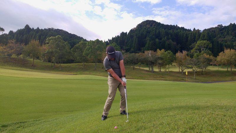 GEN-TENゴルフコースレッスン傾斜左足上がりのショットインパクトの写真